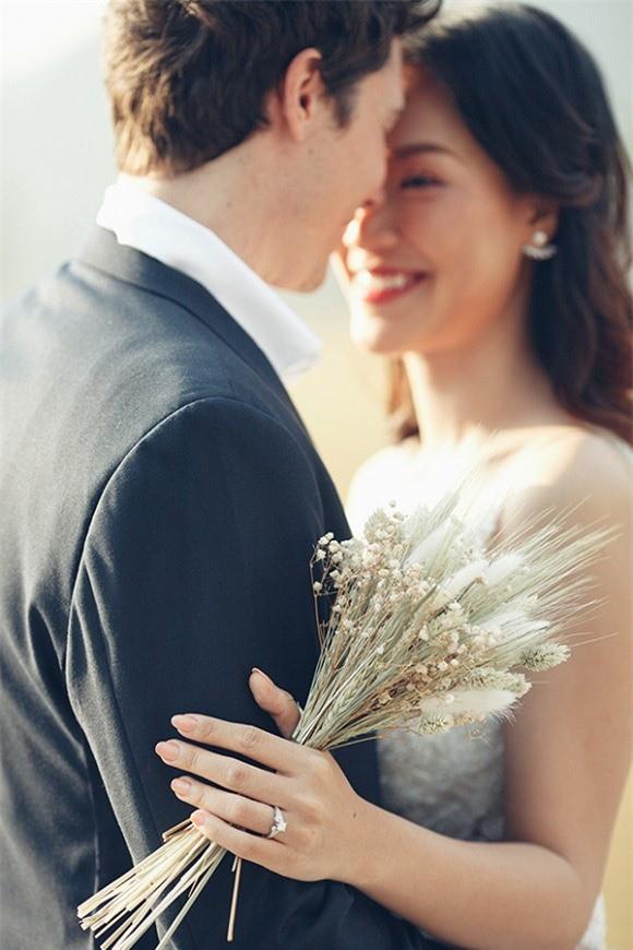 Á hậu, MC Hoàng Oanh tung hết ảnh cưới với chồng Tây  - ảnh 11