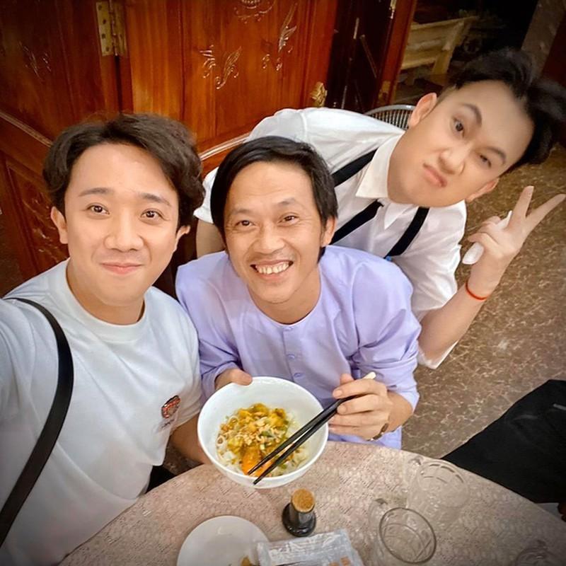 Trấn Thành chúc mừng NSƯT, danh hài Hoài Linh tròn tuổi 50 - ảnh 1