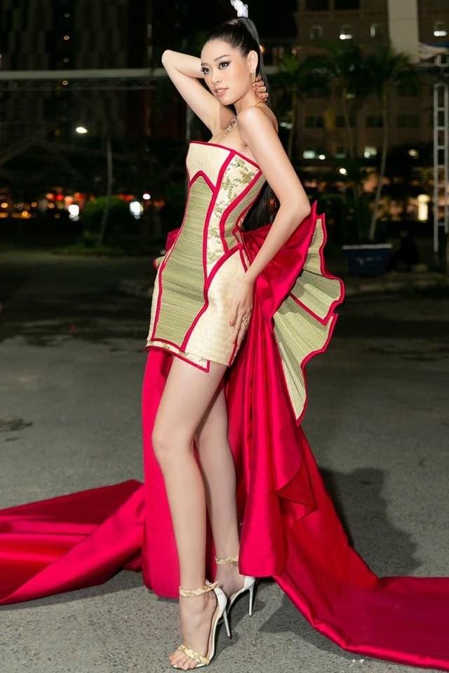 Hoa hậu Khánh Vân với thời trang chiếu độc lạ - ảnh 1