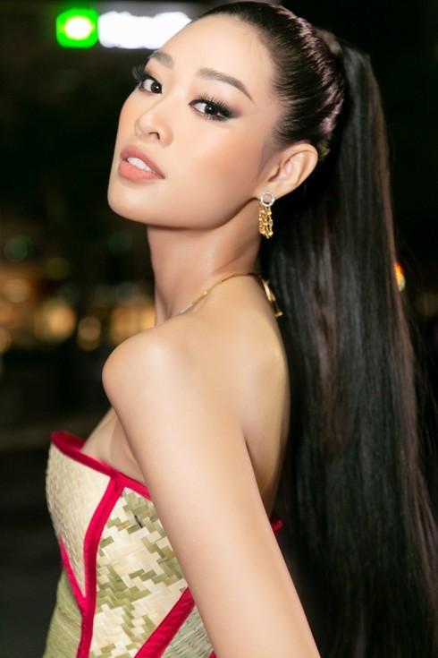 Hoa hậu Khánh Vân với thời trang chiếu độc lạ - ảnh 4