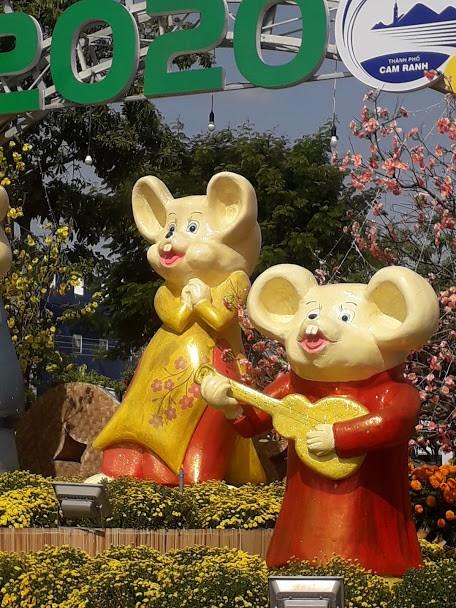 Gia đình Chuột vui nhộn ở đường hoa thành phố Cam Ranh - ảnh 2