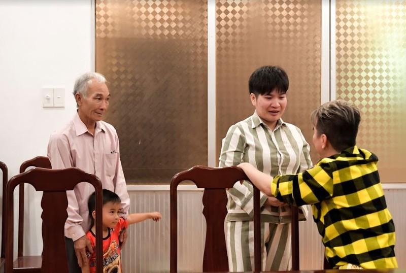 Đàm Vĩnh Hưng giúp cha và con gặp nữ phạm nhân ngày tết - ảnh 2