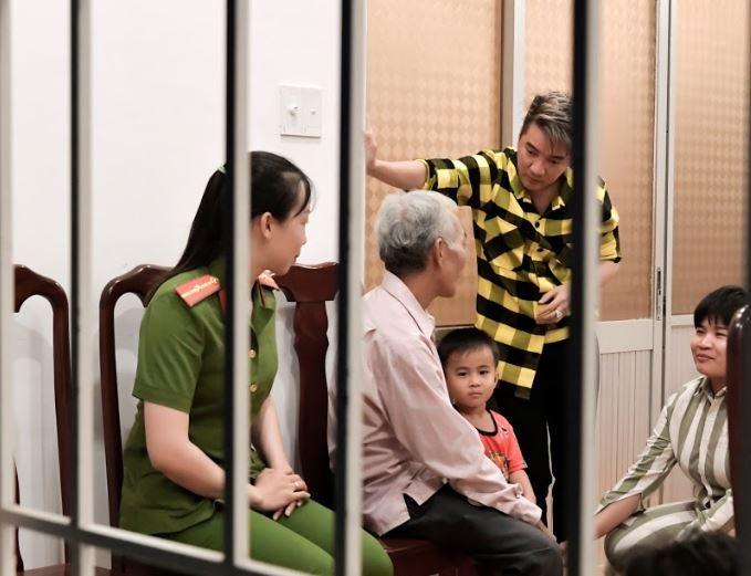 Đàm Vĩnh Hưng giúp cha và con gặp nữ phạm nhân ngày tết - ảnh 5