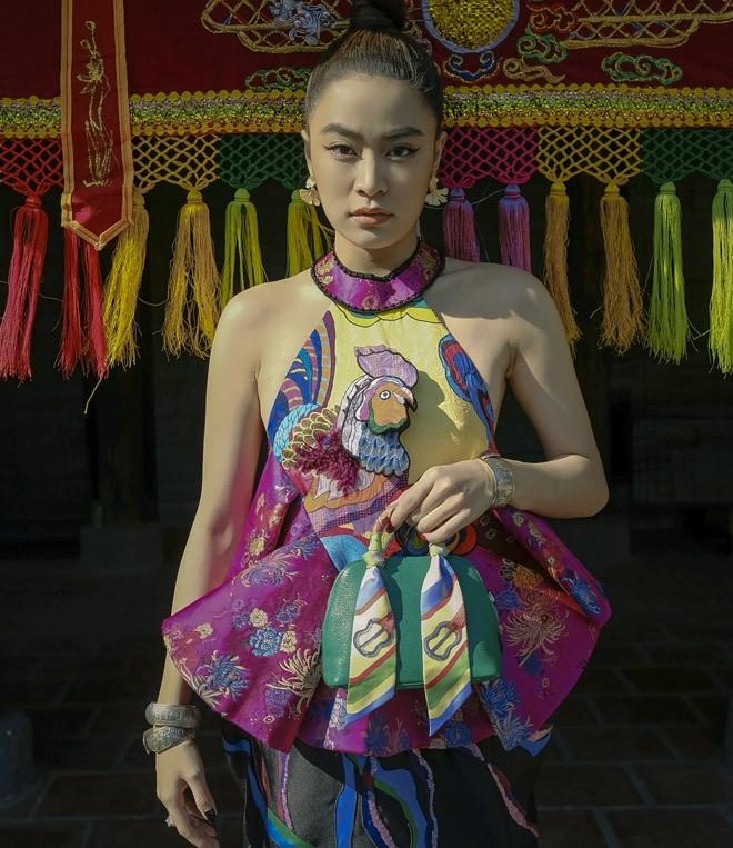 Hoàng Thùy Linh gợi cảm với áo yếm cách tân - ảnh 4