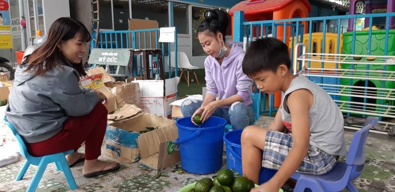 Nghỉ học kéo dài, giáo viên bán trái cây kiếm thêm thu nhập - ảnh 1