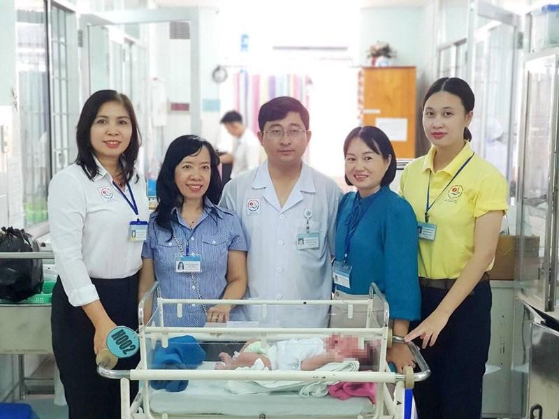 Bé trai vừa sinh ra đã bị mẹ bỏ rơi trong bệnh viện - ảnh 1