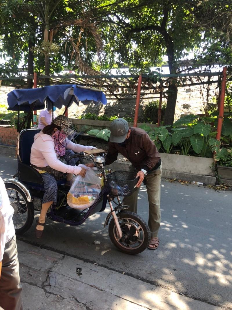 Bình Tân: 1.100 phần quà đến tay người nghèo bán vé số - ảnh 4