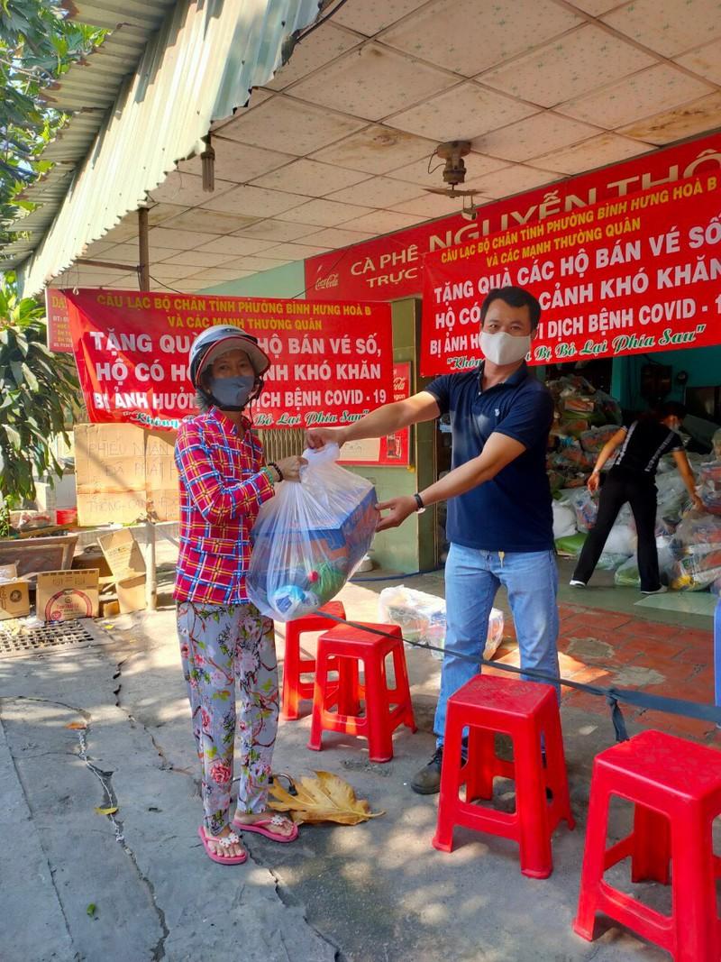 Bình Tân: 1.100 phần quà đến tay người nghèo bán vé số - ảnh 6