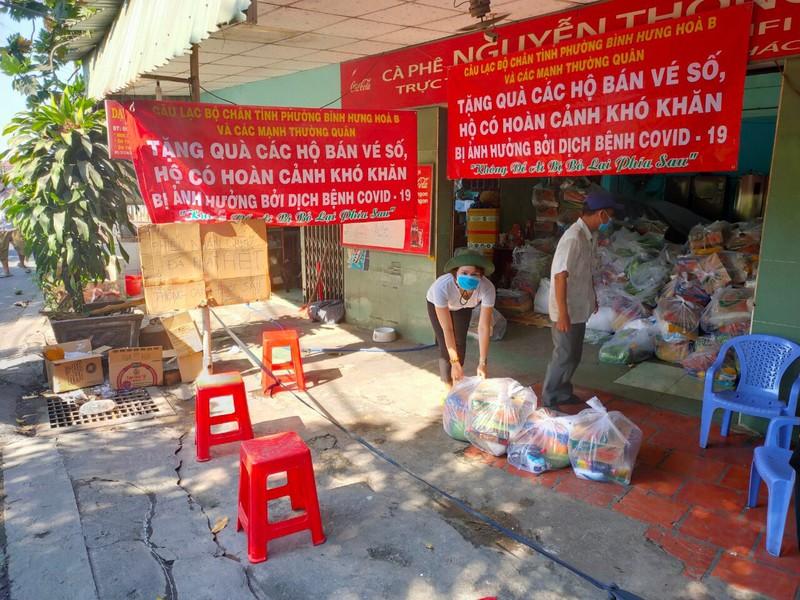 Bình Tân: 1.100 phần quà đến tay người nghèo bán vé số - ảnh 3