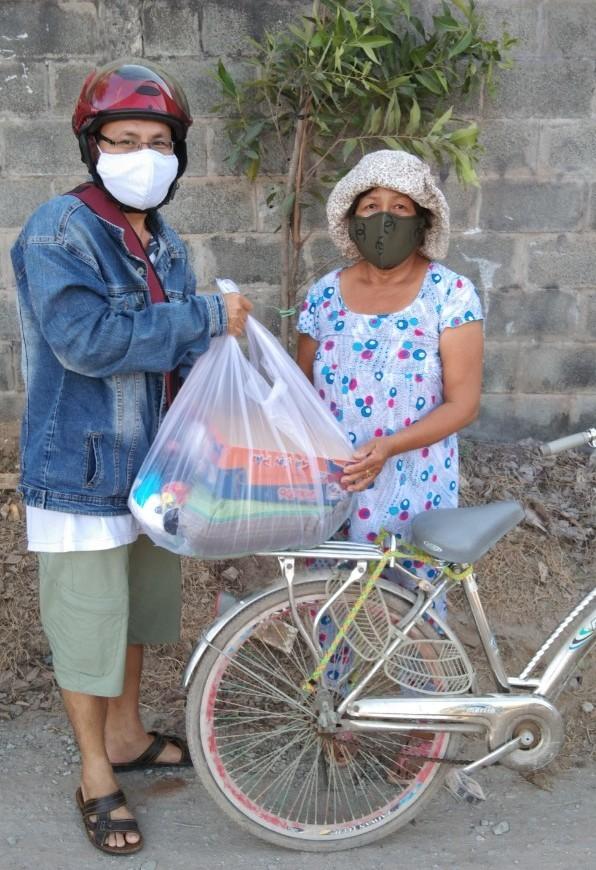 Bình Tân: 1.100 phần quà đến tay người nghèo bán vé số - ảnh 2