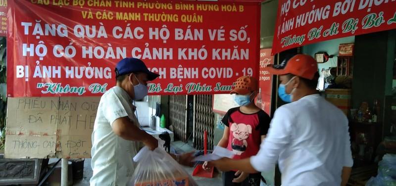 Bình Tân: 1.100 phần quà đến tay người nghèo bán vé số - ảnh 5