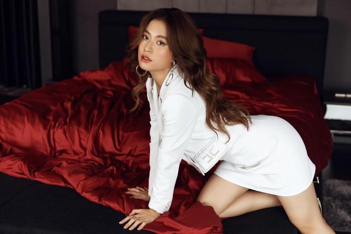 Hoàng Thùy Linh, Chi Pu đọ dáng gợi cảm cùng váy trắng  - ảnh 6