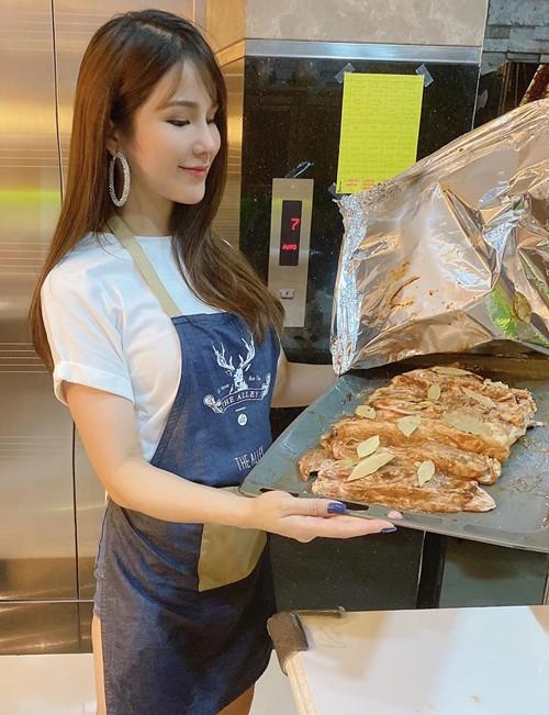 Minh Hằng trao gạo, Diễm Trang cắt tóc chồng, sao Việt vào bếp - ảnh 8