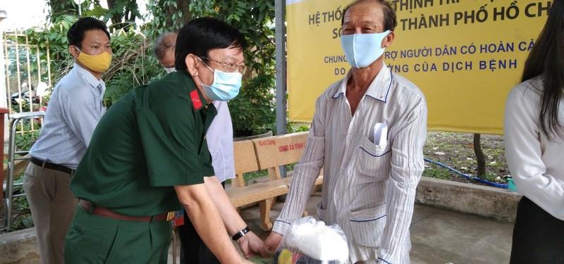 Trao 50 suất quà hỗ trợ người dân ở xã Vĩnh Lộc B - ảnh 1