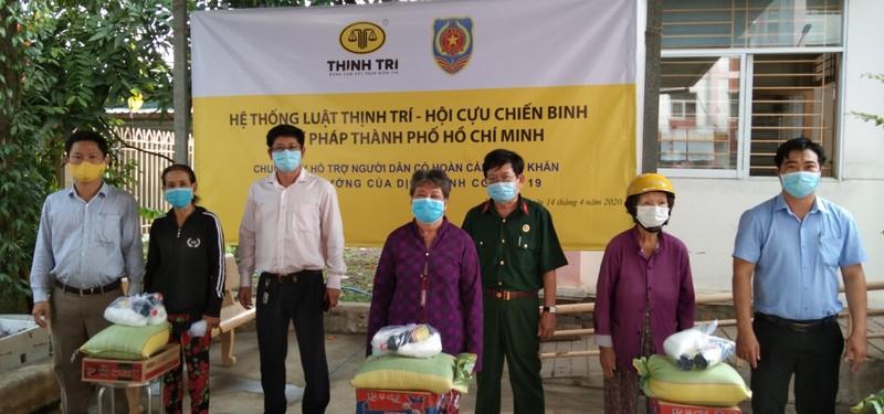Trao 50 suất quà hỗ trợ người dân ở xã Vĩnh Lộc B - ảnh 2