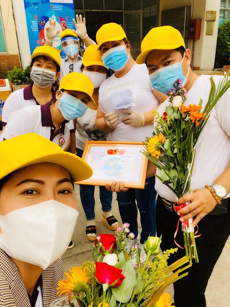 Bình Tân: 300 phần quà trao cho giáo viên, người bán vé số - ảnh 10