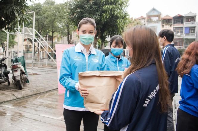 Á hậu Huyền My trao 8.000 suất ăn giúp người nghèo, sinh viên - ảnh 6