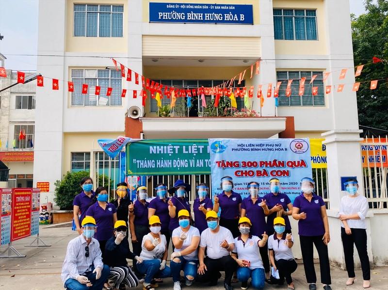 Bình Tân: 300 phần quà trao cho giáo viên, người bán vé số - ảnh 12