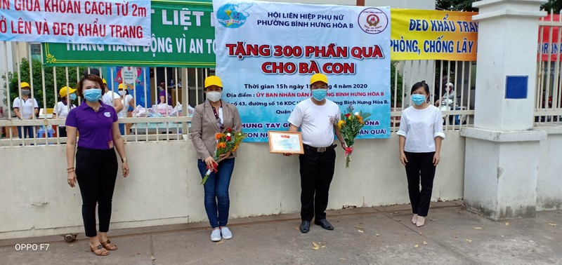 Bình Tân: 300 phần quà trao cho giáo viên, người bán vé số - ảnh 11