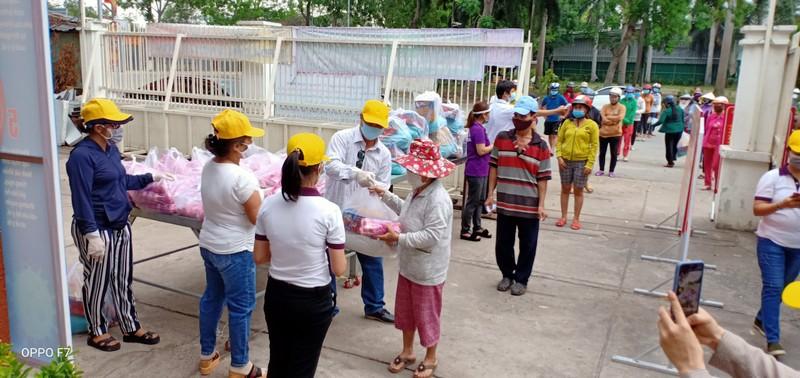 Bình Tân: 300 phần quà trao cho giáo viên, người bán vé số - ảnh 2