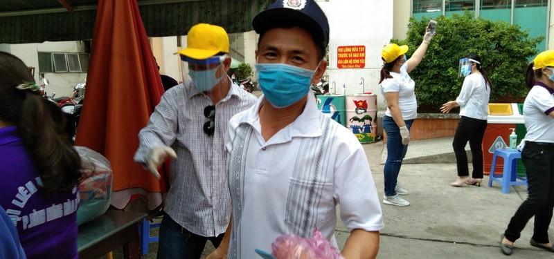 Bình Tân: 300 phần quà trao cho giáo viên, người bán vé số - ảnh 9