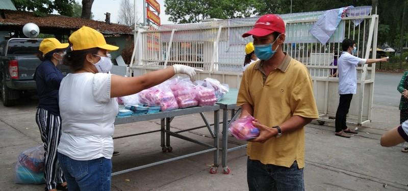 Bình Tân: 300 phần quà trao cho giáo viên, người bán vé số - ảnh 6