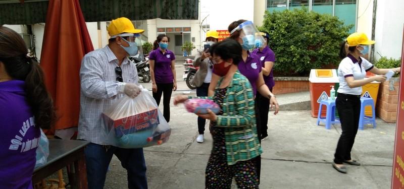 Bình Tân: 300 phần quà trao cho giáo viên, người bán vé số - ảnh 1