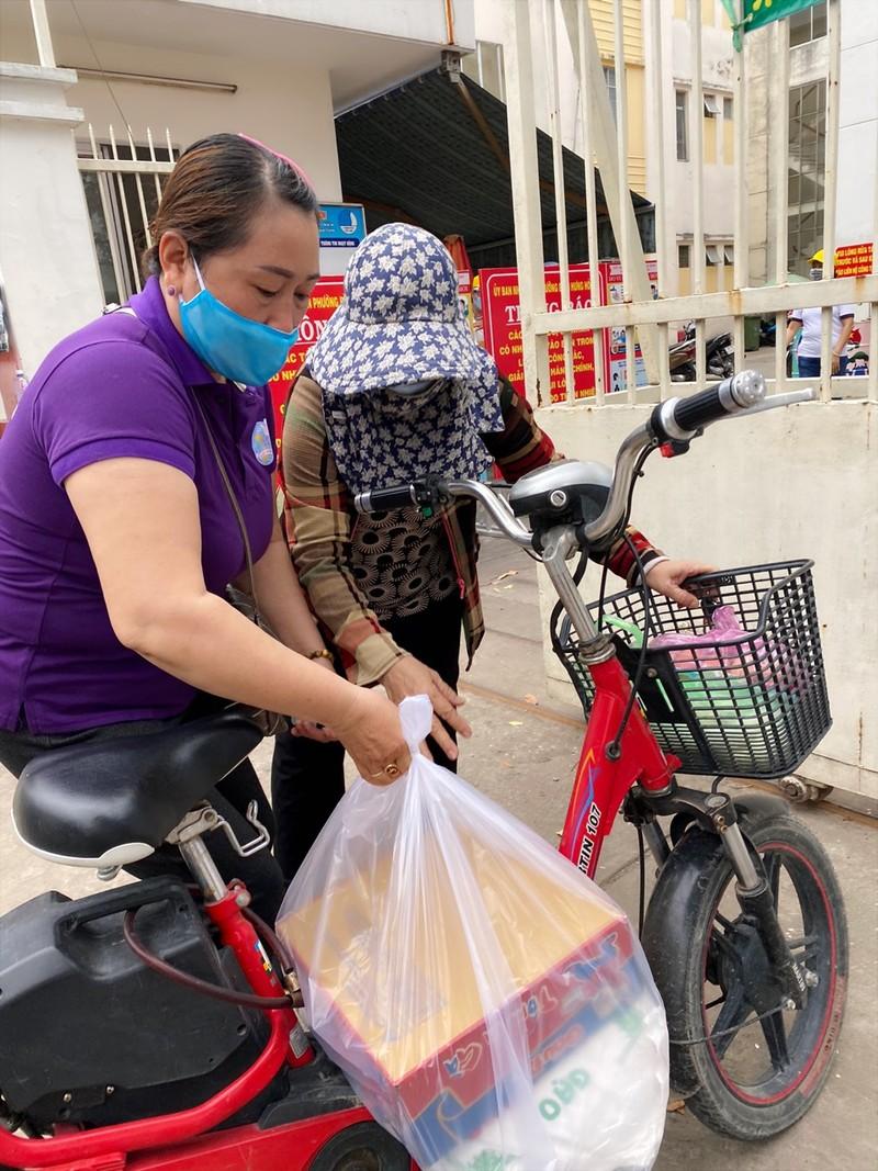 Bình Tân: 300 phần quà trao cho giáo viên, người bán vé số - ảnh 7