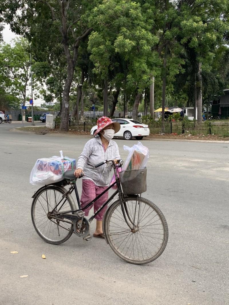 Bình Tân: 300 phần quà trao cho giáo viên, người bán vé số - ảnh 8