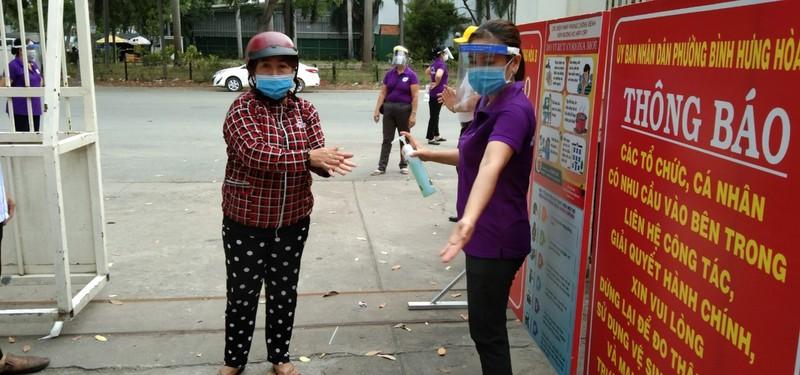 Bình Tân: 300 phần quà trao cho giáo viên, người bán vé số - ảnh 4