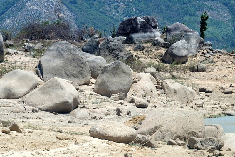 Ngỡ ngàng 'công viên cát' dưới lòng hồ Suối Dầu ở Khánh Hòa - ảnh 4