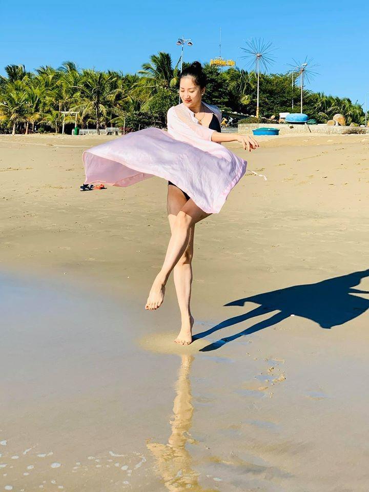 Nữ hoàng dancesport Khánh Thi khoe dáng trên biển - ảnh 1