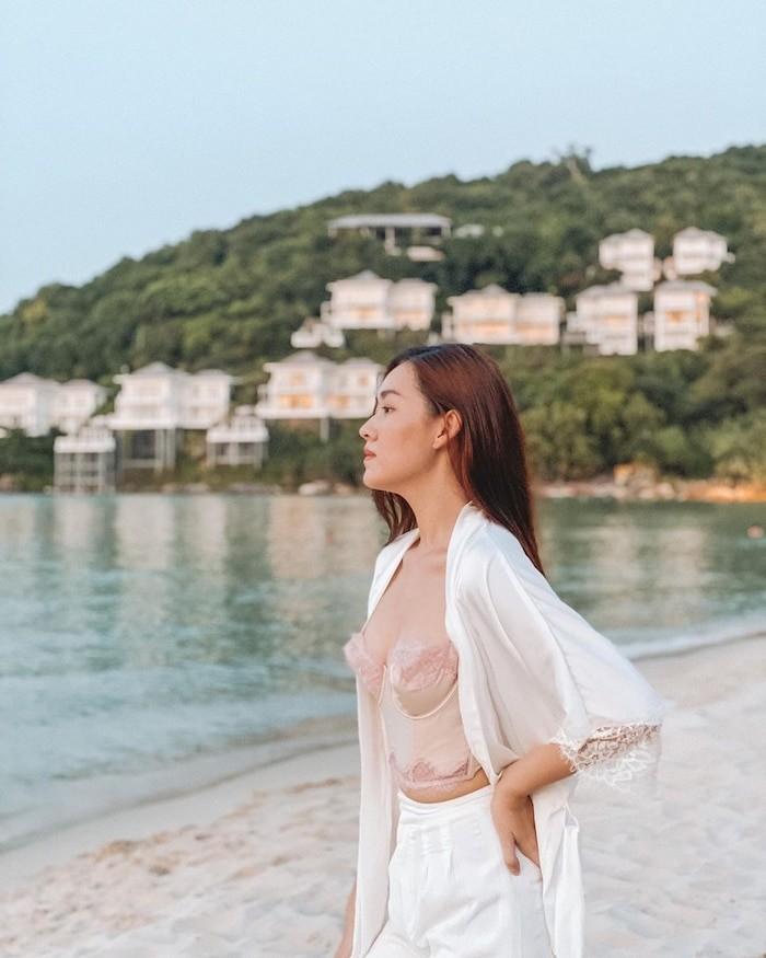 Á hậu Tường San, Hoàng Thùy khoe dáng bikini - ảnh 2