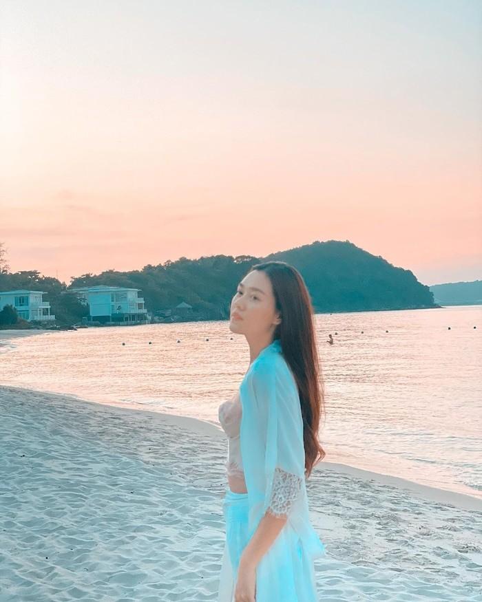 Á hậu Tường San, Hoàng Thùy khoe dáng bikini - ảnh 1