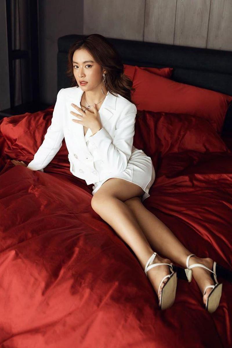 Hoàng Thùy Linh, Chi Pu đọ dáng gợi cảm cùng váy trắng - ảnh 4