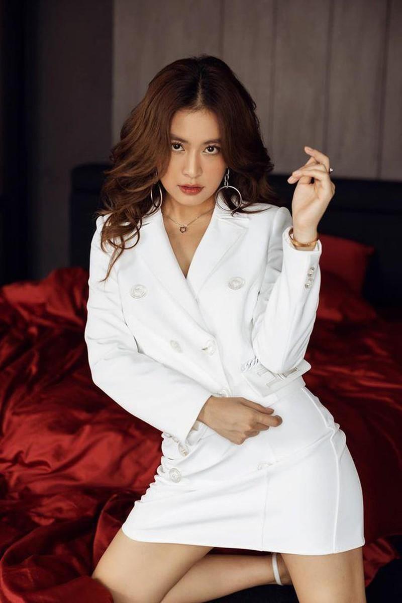 Hoàng Thùy Linh, Chi Pu đọ dáng gợi cảm cùng váy trắng - ảnh 1