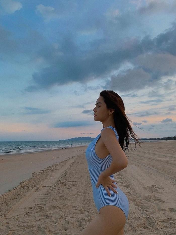 Phạm Quỳnh Anh khoe dáng gợi cảm với bikini  - ảnh 1