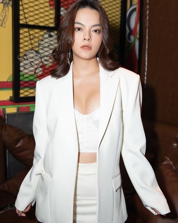 Phạm Quỳnh Anh khoe dáng gợi cảm với bikini  - ảnh 10