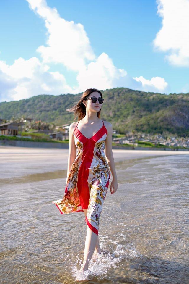 Hoa hậu Lương Thùy Linh khoe dáng bikini ở Côn Đảo - ảnh 10