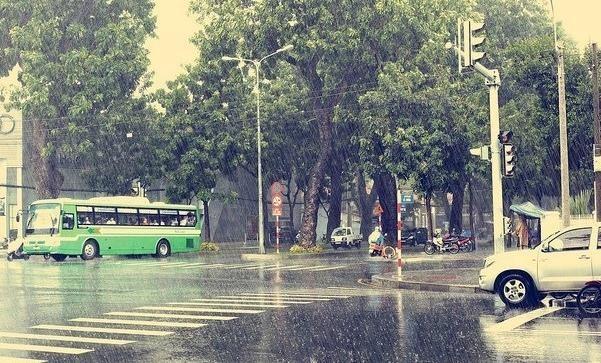 Mưa Sài Gòn, chị đi xe Lead và chiếc áo mưa 5 nghìn - ảnh 1