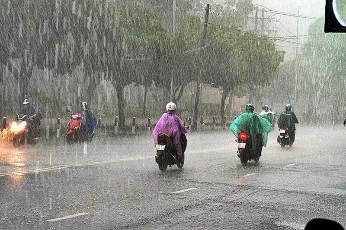Mưa Sài Gòn, chị đi xe Lead và chiếc áo mưa 5 nghìn - ảnh 2