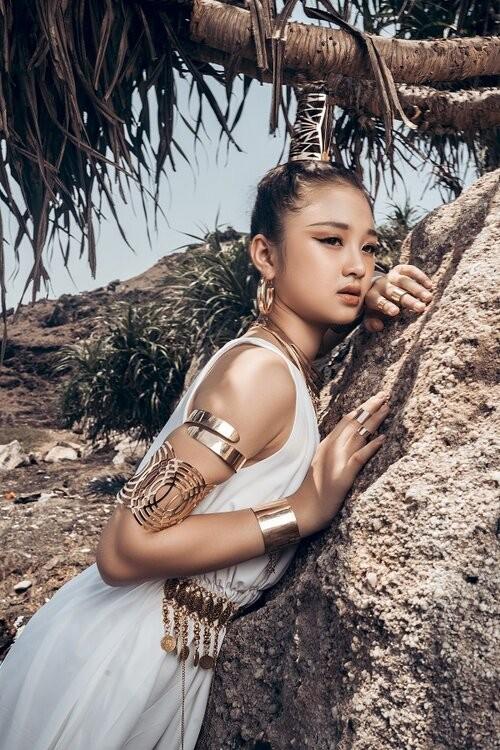 Mẫu nhí 11 tuổi Kim Chi catwalk chuyên nghiệp, ấn tượng - ảnh 11