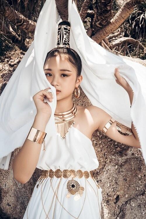 Mẫu nhí 11 tuổi Kim Chi catwalk chuyên nghiệp, ấn tượng - ảnh 10