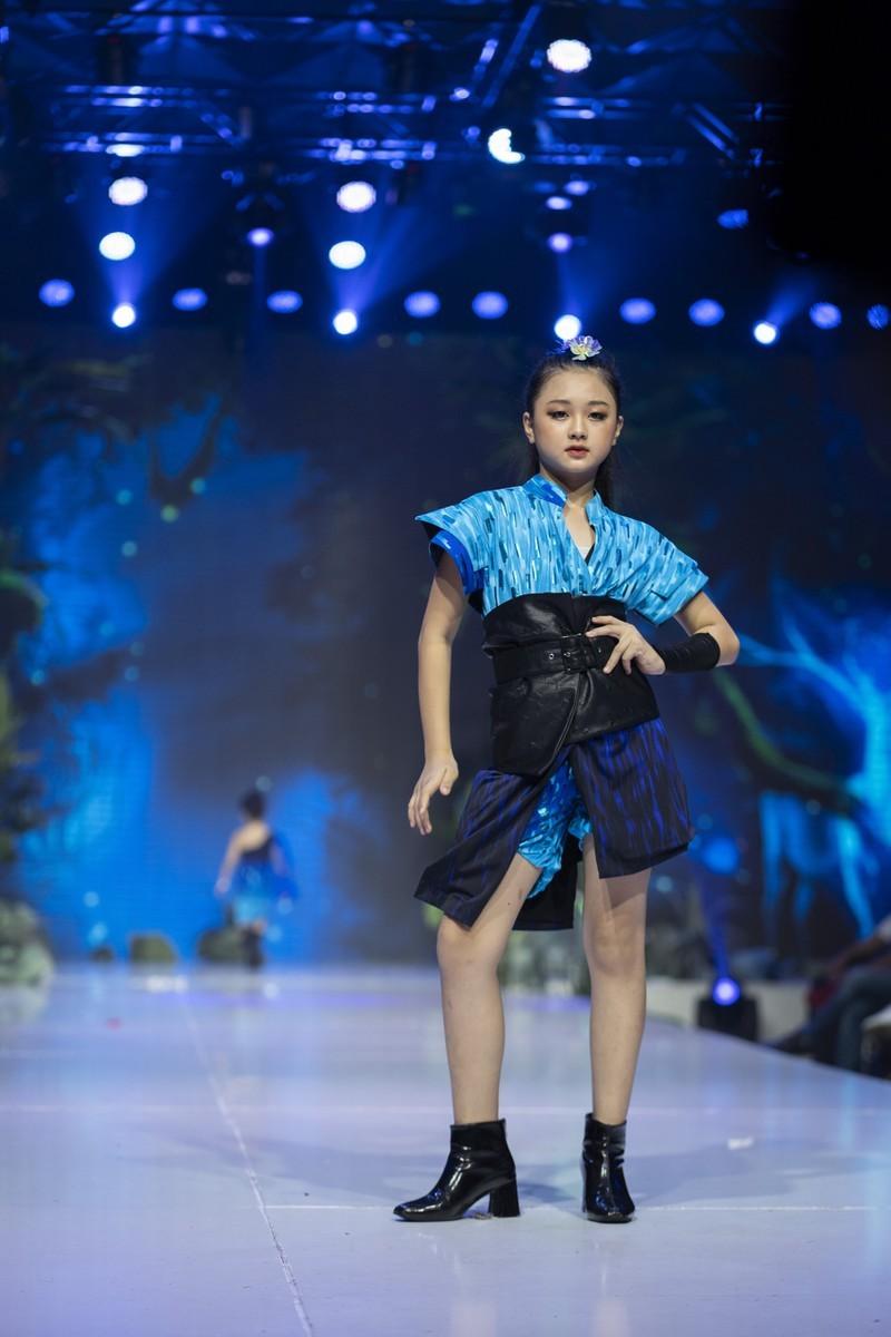 Mẫu nhí 11 tuổi Kim Chi catwalk chuyên nghiệp, ấn tượng - ảnh 4
