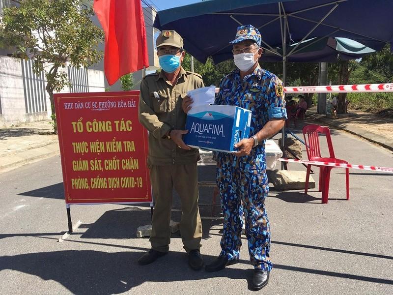 Cựu binh Trường Sa ở Đà Nẵng tặng quà cho 31 chốt phòng dịch - ảnh 2