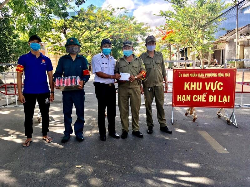 Cựu binh Trường Sa ở Đà Nẵng tặng quà cho 31 chốt phòng dịch - ảnh 1
