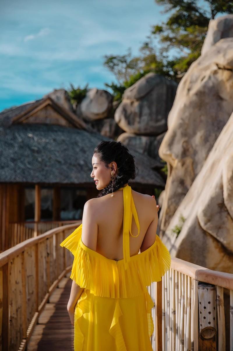 Hoa hậu Hà Kiều Anh khoe dáng gợi cảm trước biển - ảnh 12