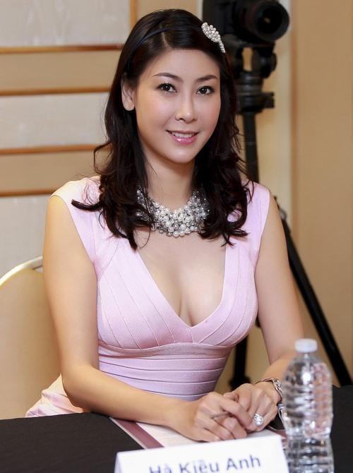 Hoa hậu Hà Kiều Anh khoe dáng gợi cảm trước biển - ảnh 1