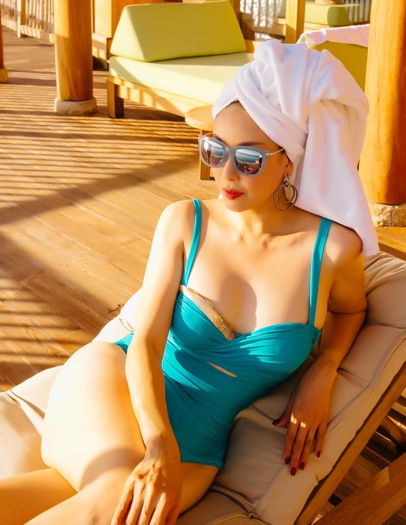 Hoa hậu Hà Kiều Anh khoe dáng gợi cảm trước biển - ảnh 7