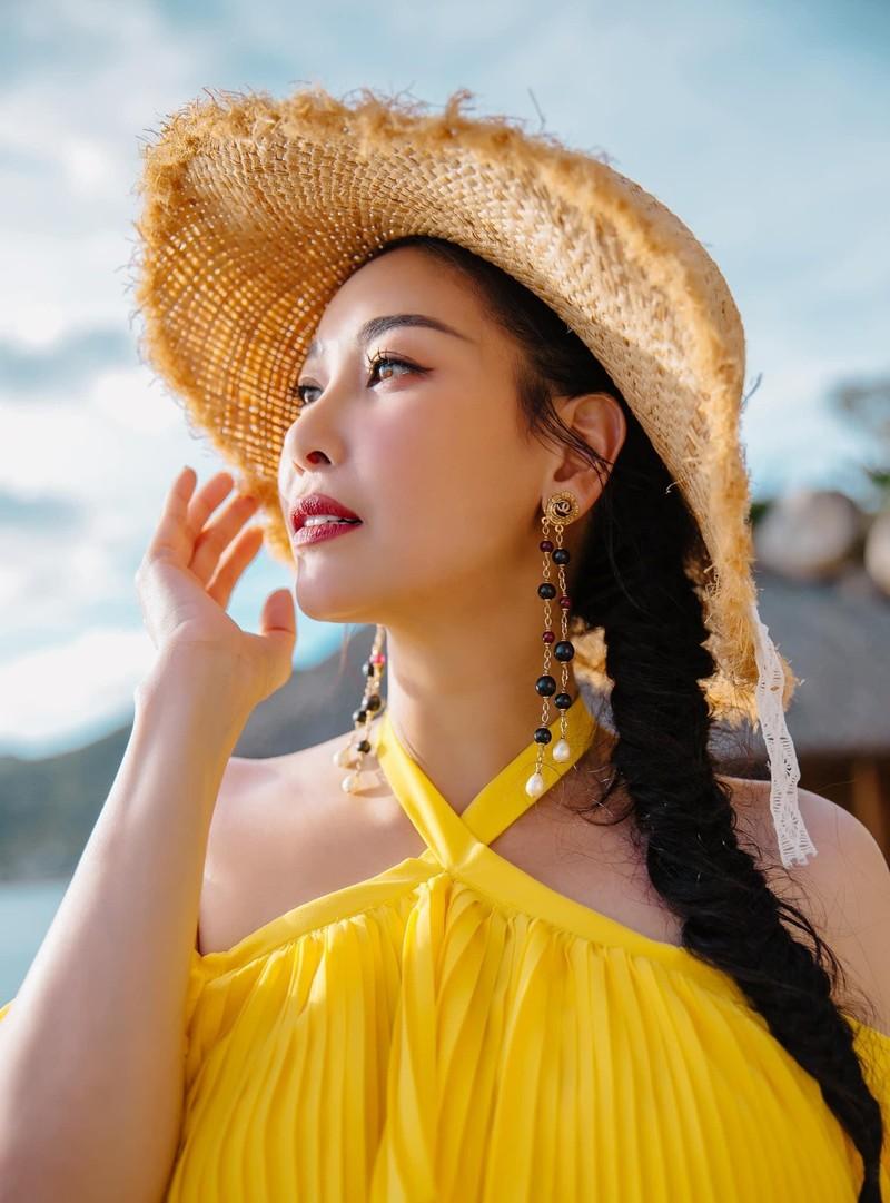 Hoa hậu Hà Kiều Anh khoe dáng gợi cảm trước biển - ảnh 4